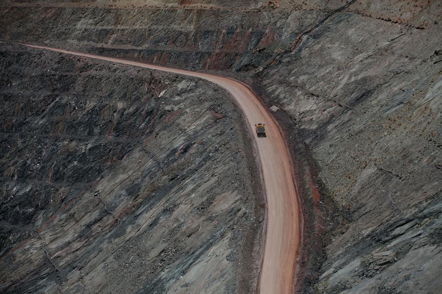 Uncertainty in US, Europe put gold in driver's seat
